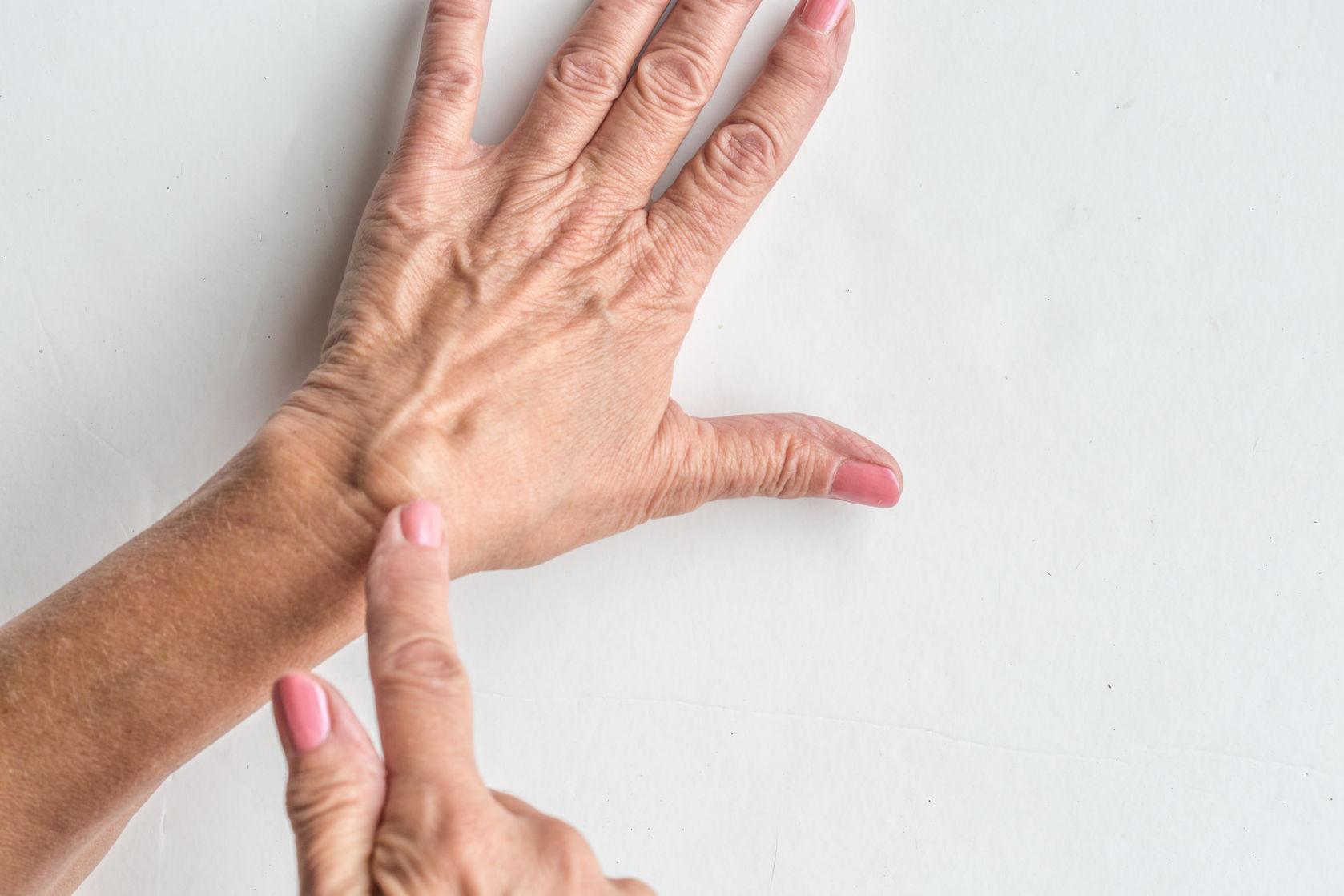 a két kéz csuklójának ízülete fáj